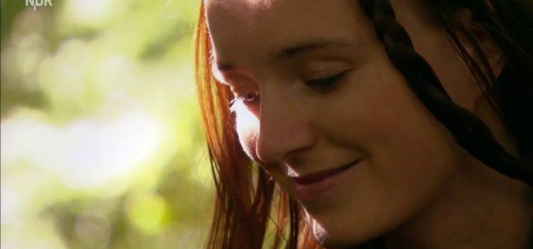 Kräuterhexe im Fernsehen: Heilpflanzen aus dem Wald zubereiten